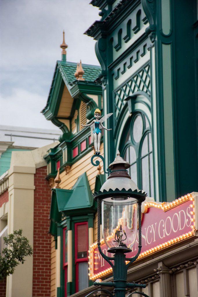 """<img src=""""lantern.png"""" alt=""""tinkerbell lantern decor in Disneyland Paris"""">"""