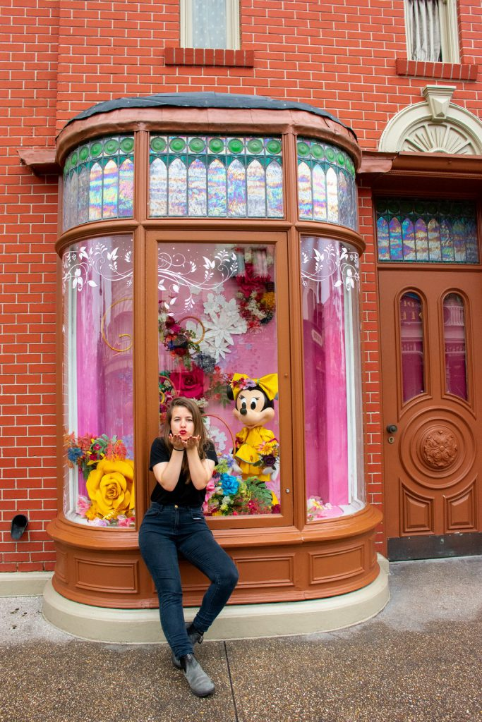 """<img src=""""Disney store.png"""" alt=""""girl blowing a kiss in front of a Disney store"""">"""