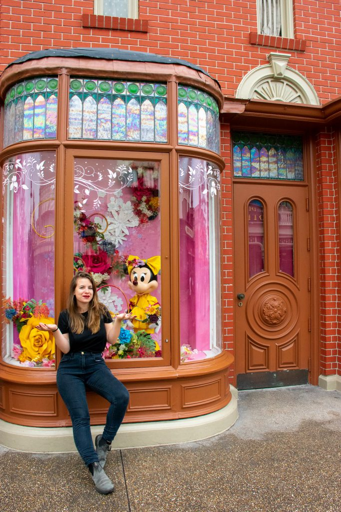 """<img src=""""Disney store.png"""" alt=""""girl in front of a Disney store"""">"""