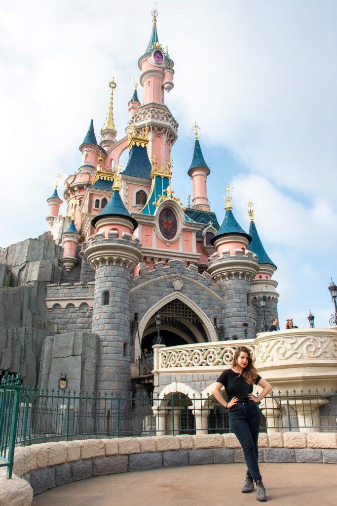 "<img src=""castle.png"" alt=""girl in front of disneyland paris castle"">"