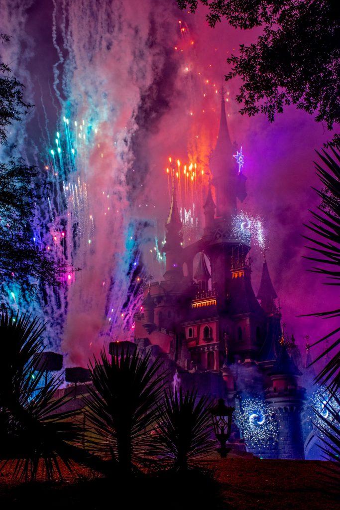 """<img src=""""fireworks.png"""" alt=""""fireworks behind Disneyland Paris castle"""">"""