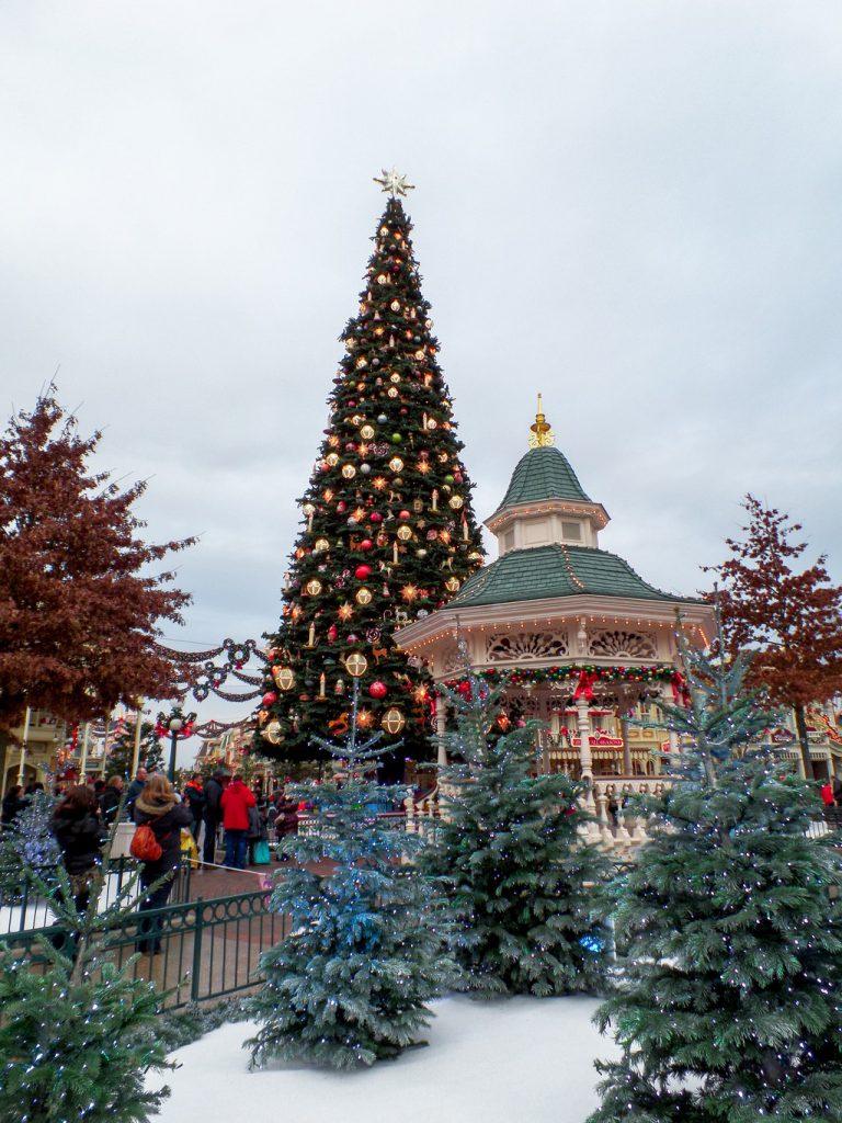 "<img src=""christmas tree.png"" alt=""christmas decorated disneyland paris"">"