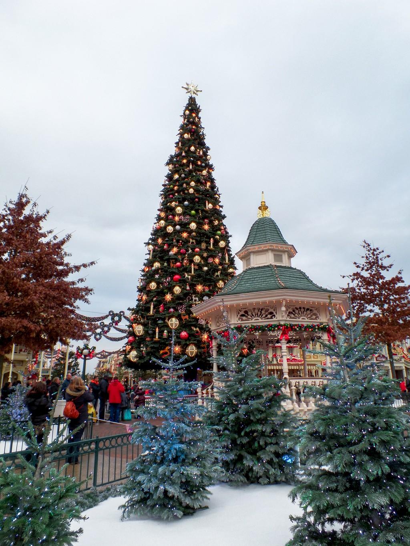 "<img src=""christamsdecorations.png"" alt=""christmas decoration at disneyland paris"">"