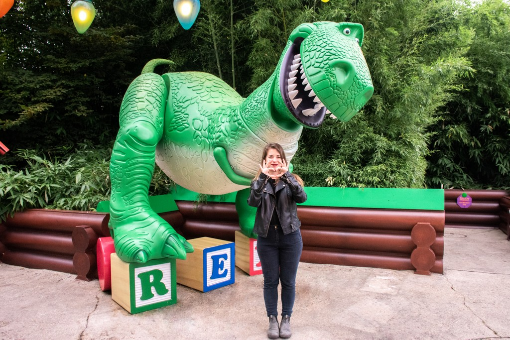 """<img src=""""dinosaur.png"""" alt=""""a statue of the dinosaur from toy story movie"""">"""