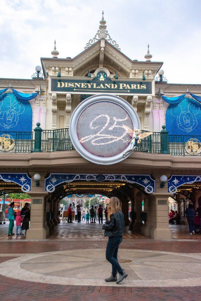 """<img src=""""entrance gate.png"""" alt=""""girlin front of the Disneyland Paris entance gate"""">"""