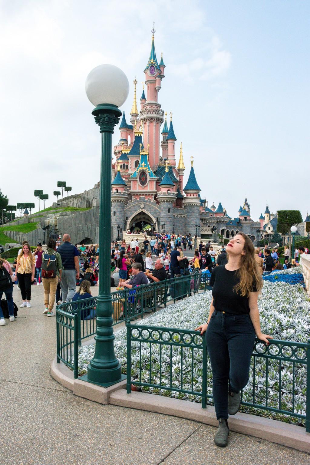 "<img src=""disneyland.png"" alt=""a girl standing in front of the disneyland castle in paris"">"