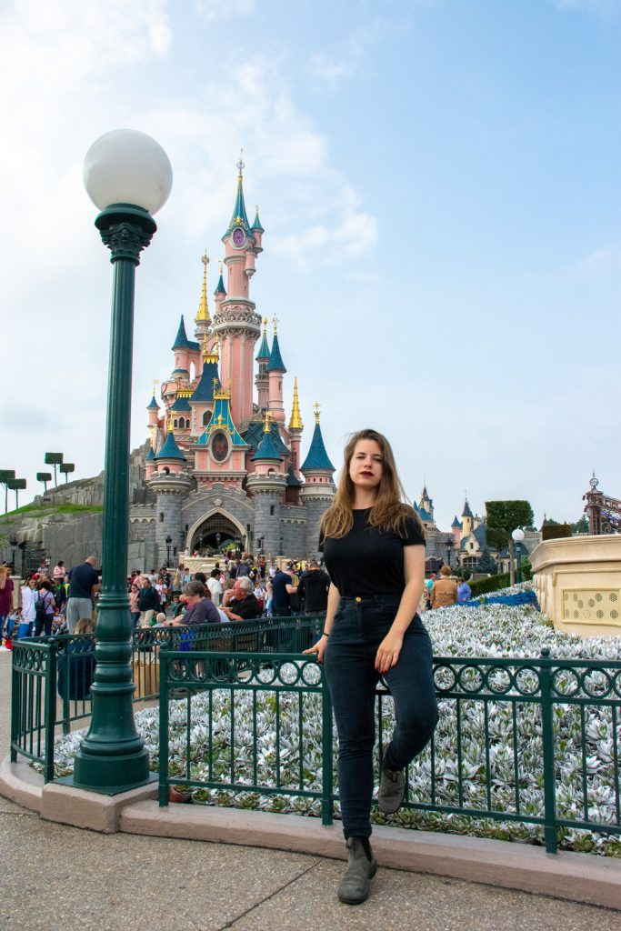 """<img src=""""girl leaning on a fence.png"""" alt=""""girl leaning on a fence in front of the Disneyland Paris castle"""">"""