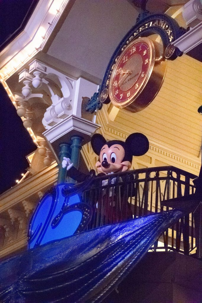 """<img src=""""Mickey Mouse.png"""" alt=""""Mickey Mouse good night kiss at the Disneyland Paris Christmas parade"""">"""