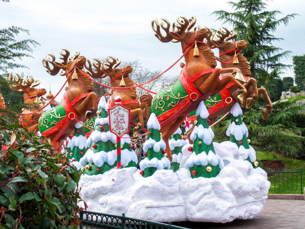 "<img src=""reindeer boat.png"" alt=""reindeer boat at the Disneyland Paris Christmas parade"">"