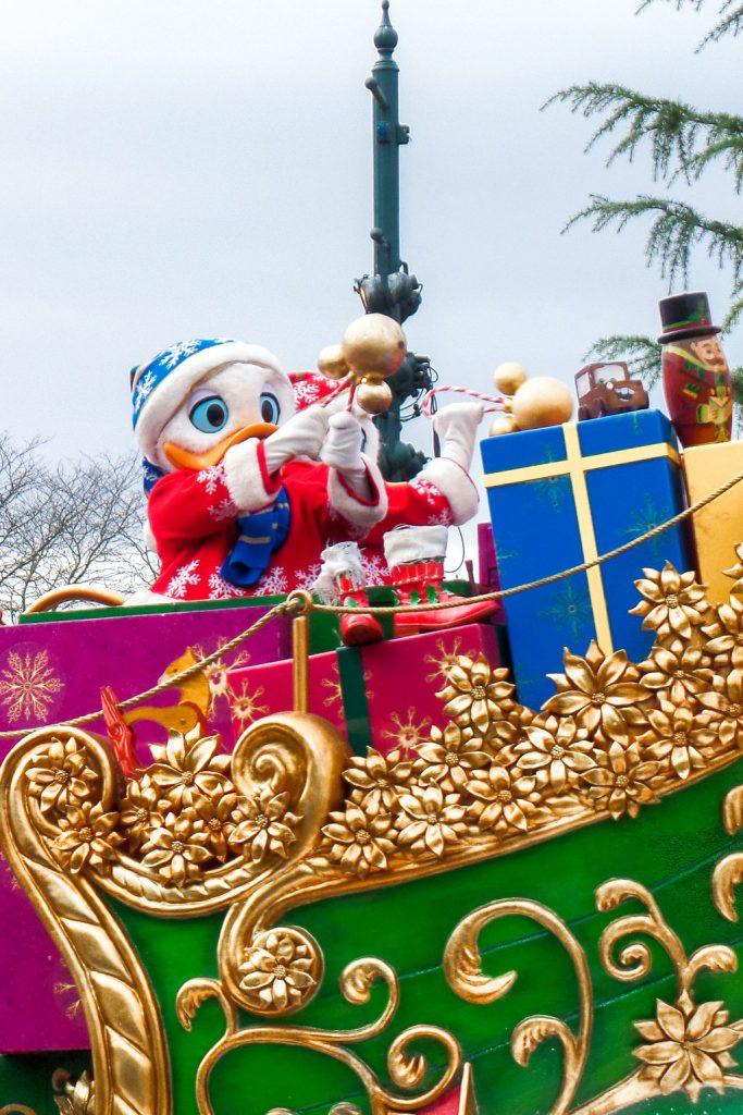 """<img src=""""Donald Duck.png"""" alt=""""Donald Duck at the Disneyland Paris Christmas parade"""">"""