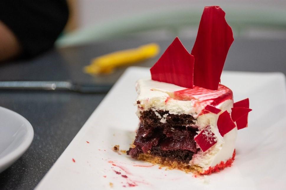 "<img src=""cake.png"" alt=""half eaten cake"">"