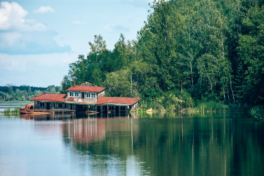 """<img src=""""house on a lake.png"""" alt=""""house sinking into a lake"""">"""