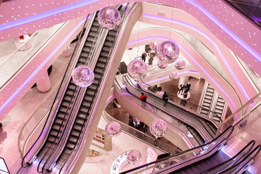 """<img src=""""escalators.png"""" alt=""""escalators inside TSUM department store in kiev"""">"""