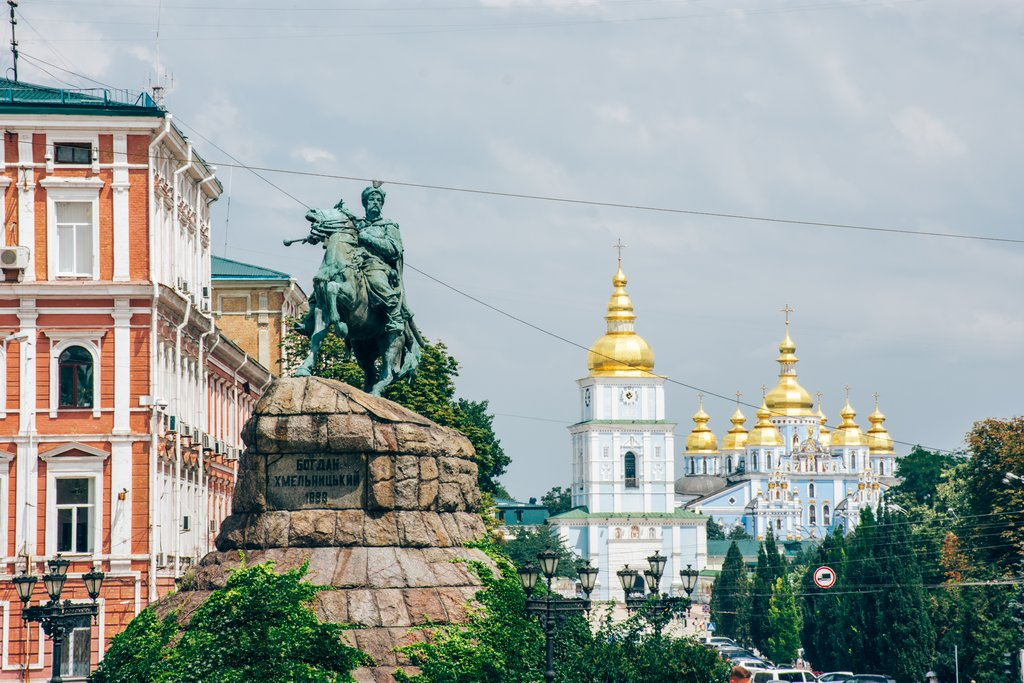"<img src=""statue.png"" alt=""statue of Bohdan Khmelnytsky in kiev"">"