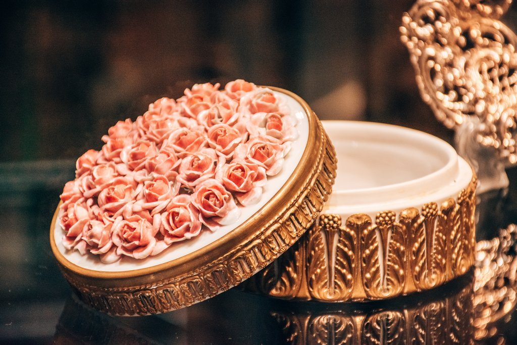 """<img src=""""jewelry box.png""""   alt="""" jewelry box with decoration of roses"""">"""