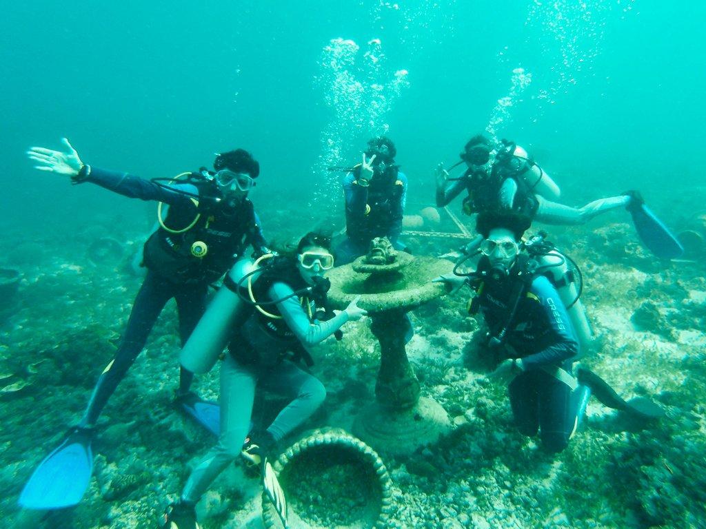 "<img src=""divers.gif"" alt=divers diving"">"